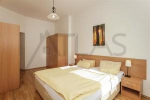 Byt 3+kk na pronájem, 110 m2, Praha 2 - Vinohrady, Mánesova ul plně zařízená ložnice s postelí, skříněmi a nočními stolky
