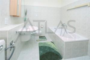 Koupelna s vanou a pračkou - Pronájem bytu 2+kk, Praha 6 Vokovice - Terasy Červený vrch, Irská