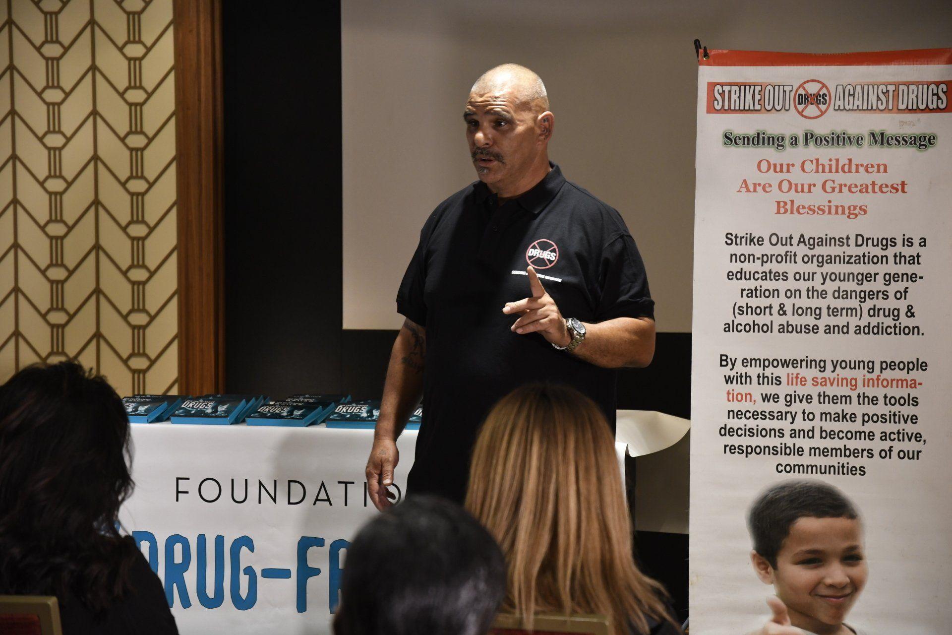 bývalý narkoman David Sanchez informuje děti o nebezpečích drog