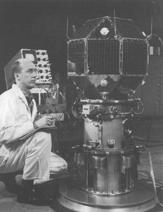 satelit LES-1 při testování v laboratoři MIT, kde byl vyroben
