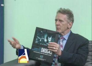 Dr. Bernard Fialkoff při přesentaci materiálu svět bez drog v televizi