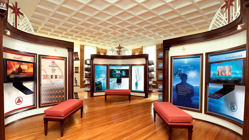 informační panely představující pomocí videí Scientologii v budově Scientologické církve Nashville Tennessee