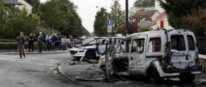 agresivní útočníci obklíčili policejní auto, ve Viry-Châtillon v němž seděli čtyři policisté, a to auto zapálili